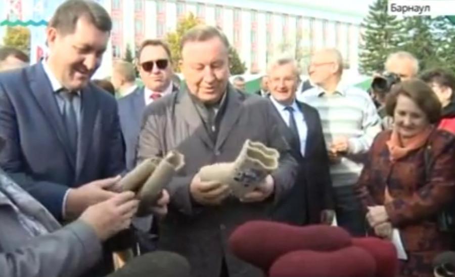 """В 2017 году """"Мамонтовские валенки"""" получили мэр Сергей Дугин и губернатор Александр Карлин."""