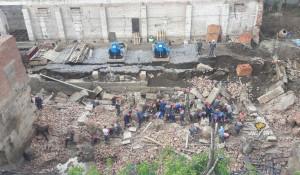 На рабочих в Новосибирске рухнула стена здания.