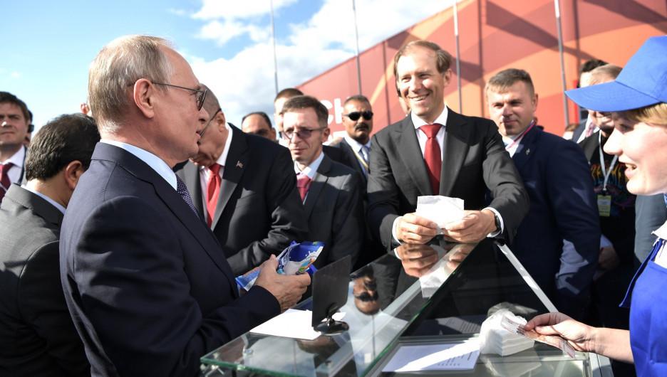 Владимир Путин покупает мороженое на авиасалоне МАКС.