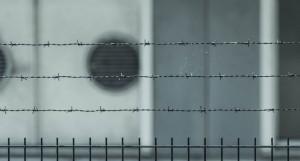 Тюрьма, колючая проволока.