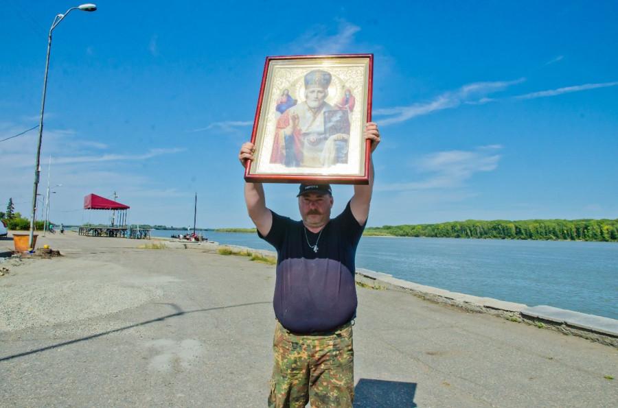 Сергей Рождественский с иконой.