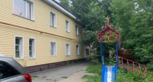 Квартира-гостинка расположена в доме на ул. Петра Сухова.