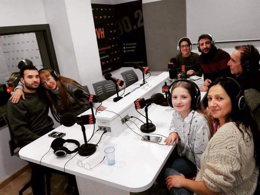 Ирина Шутова де Парра со съемочной группой на радио.