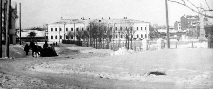Каток на Демидовской площади.