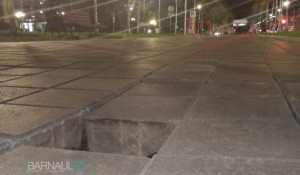Обрушение тротуарной плитки в Барнауле
