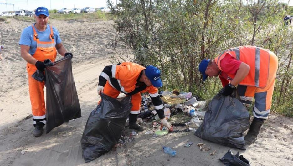 «Росводоканал Барнаул» впреддверии Дня города очистил берег Оби отмусора
