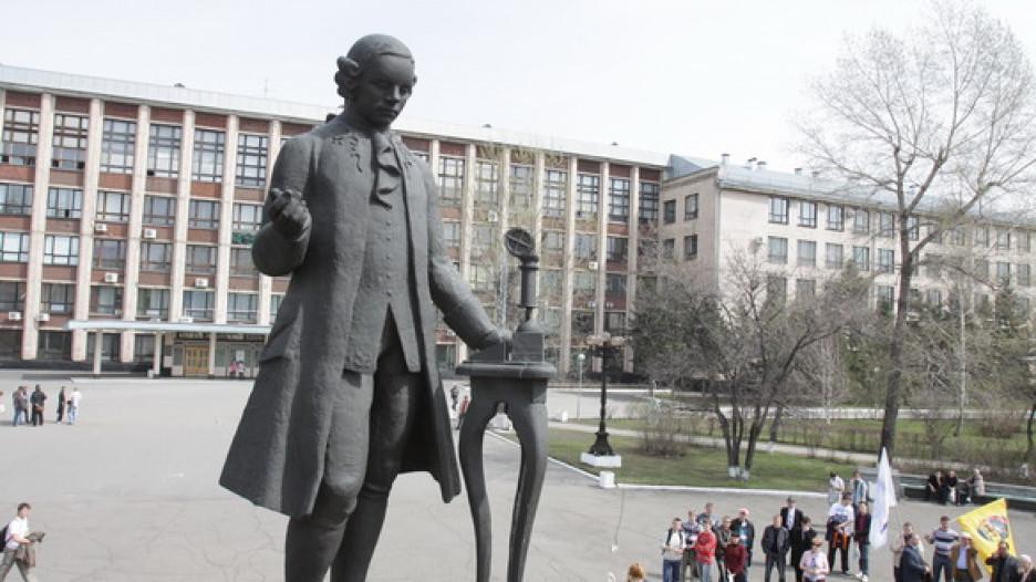 """Студенты """"политеха"""" отмыли памятник Ползунову."""