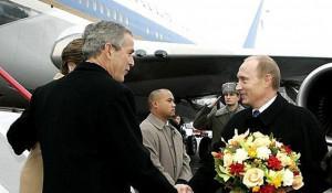 """Владимир Путин и Джордж Буш у """"борта №1"""" США. 2006 год."""