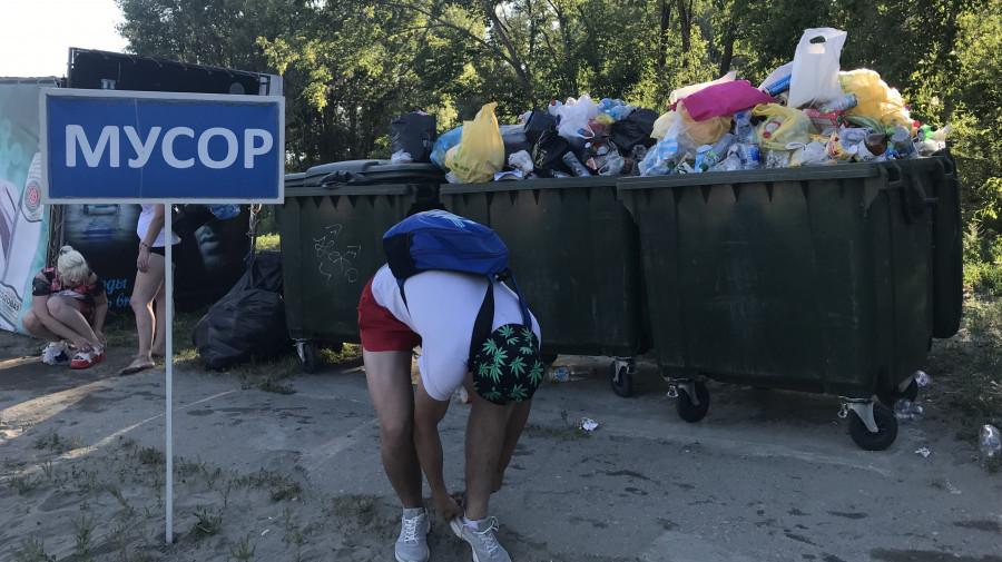 Барнаул, пляж, 2019 год. Контейнеры переполнены отходами, которые можно использовать вторично.
