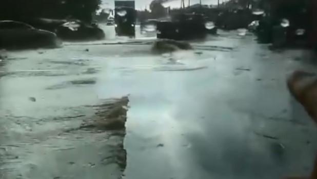 Асфальт подняло в Барнауле после сильного ливня.