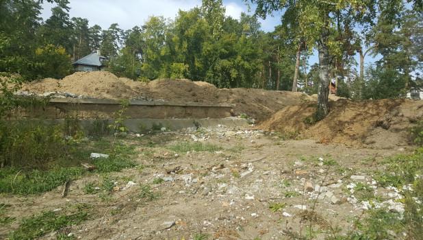 Остатки школы в поселке Ерестной в Барнауле.