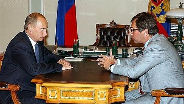 """Владимир Путин и совладелец """"Альфа-банка"""" Петр Авен, 2004 год."""