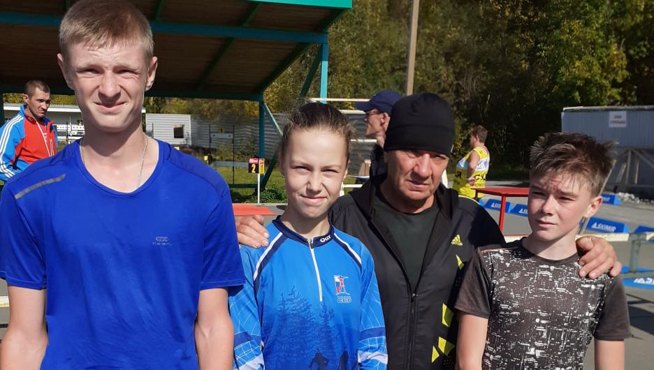 Команда Барнаульской федерации биатлона и тренер Сергей Ковалев.