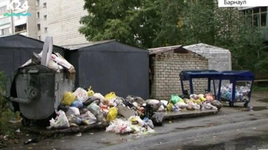 На контейнерной площадке около дома на ул. Матросова, 9 скопились горы мусора.