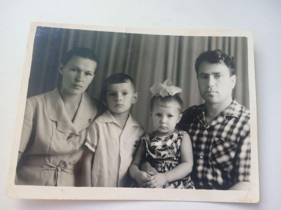 Супруги Иванниковы с детьми.