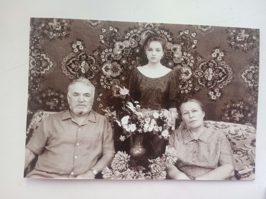 Супруги Иванниковы с внучкой.