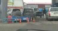 Колонка упала на автомобиль в Бийске.