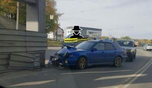 Автомобиль врезался в мост на пр. Строителей.
