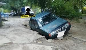Автомобиль провалился под асфальт.