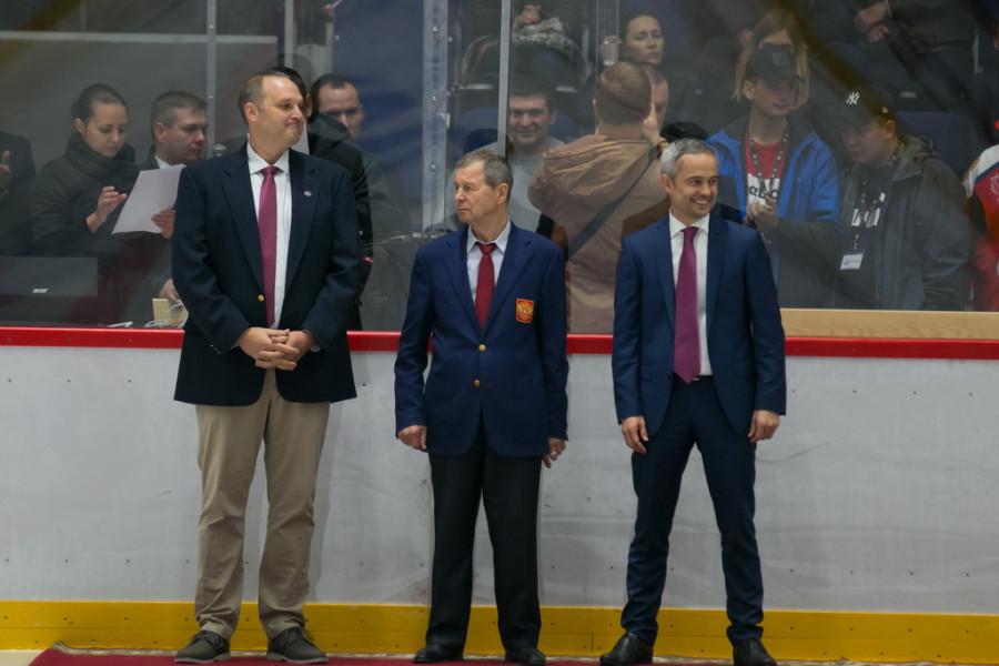 Пол Хеберт, президент Американской ассоциации университетского хоккея (слева)