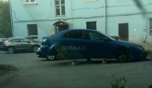 В Барнауле с автомобиля сняли колеса