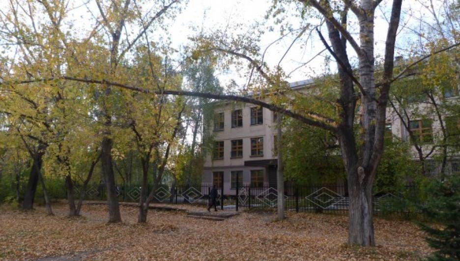 Территория рядом со школой № 30 в Новоалтайске.