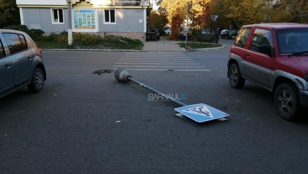 Дорожный знак «прилег» в Барнауле.