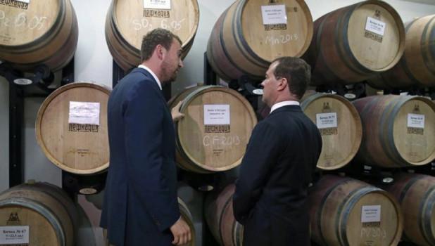Дмитрий Медведев у бочек с вином.