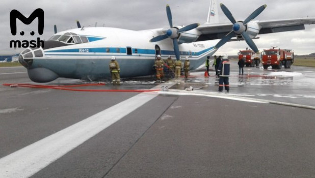 """Ан-12 на """"брюхе"""" в аэропорту Кольцово."""