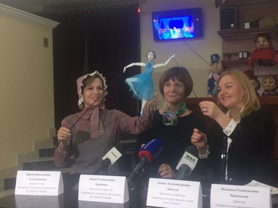 Актриса Ирина Салтымакова показывает куклу-балерину
