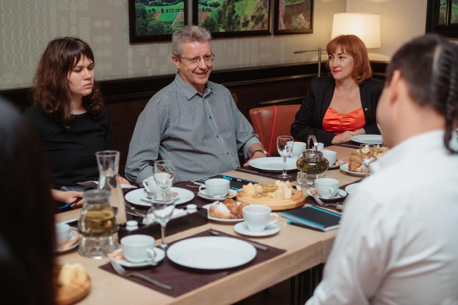 Дмитрий Кромский (в центре).
