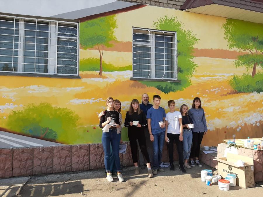 """В Рубцовске раскрасили фасад библиотеки """"Контакт"""""""