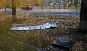 Крышку вентиляции сдуло штормовым ветром в Барнауле.