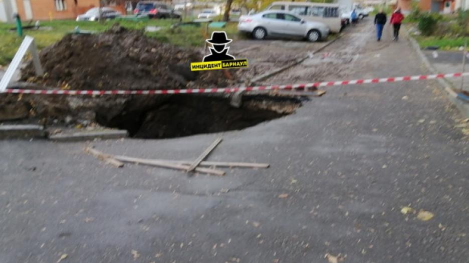 На улице Советской армии вновь провалился асфальт