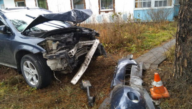 Девушка врезалась в ограду жилого дома в Горном Алтае.