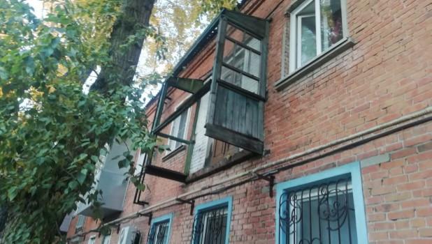 Балкон-призрак и аварийная проводка в жилом доме.