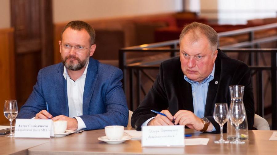 """Антон Слободчиков и Игорь Германенко (справа). Экспертный совет ИД """"Алтапресс""""."""