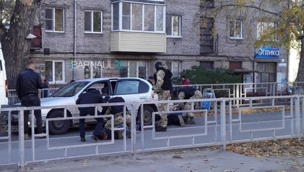 Силовики задержали подозрительных парней у школы.
