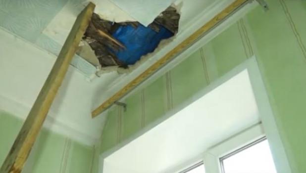 Дыра в потолке рубцовской квартиры.