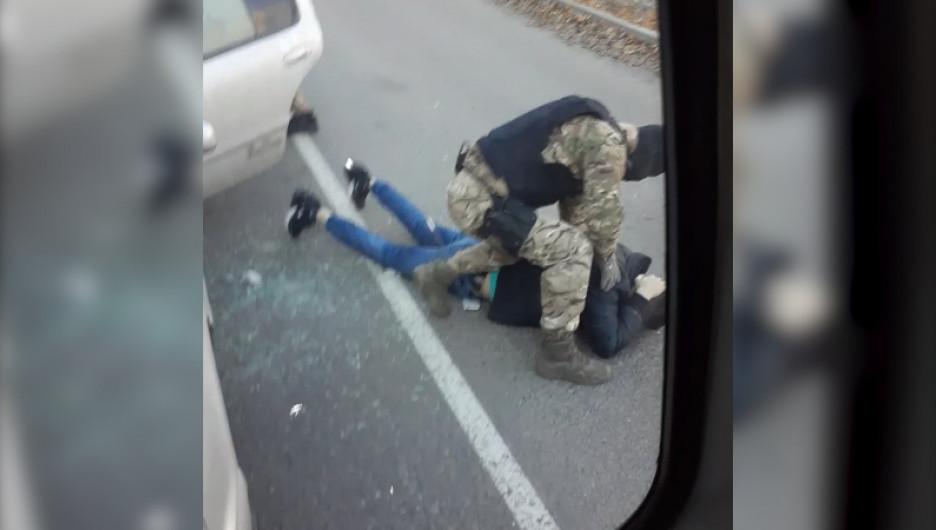 ОМОН задержал обманщиков одиноких пенсионеров в Барнауле.
