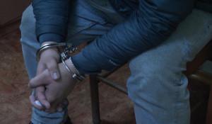 Задержанный в наручниках.