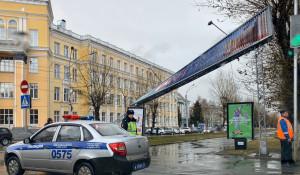 На пр. Ленина в Барнауле погнулась рекламная конструкция.