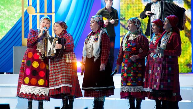 """""""Бурановские бабушки"""" выступают на юбилейном концерте Александры Пахмутовой."""