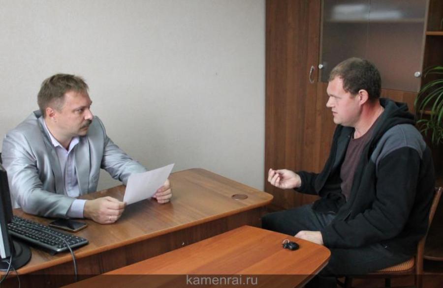 Алексей Жихаренко  (слева) проводит прием граждан.