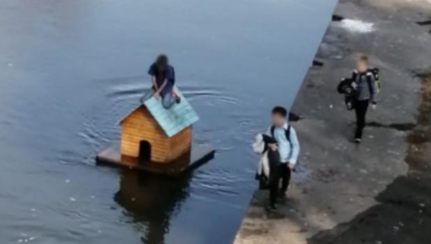 Дети и домик для уток.
