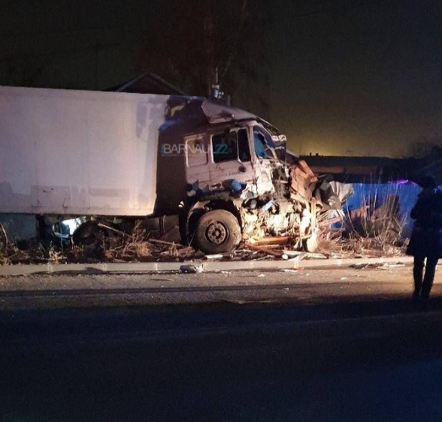 Грузовик врезался в столб. ДТП 3 ноября 2019 года, Новоалтайск.