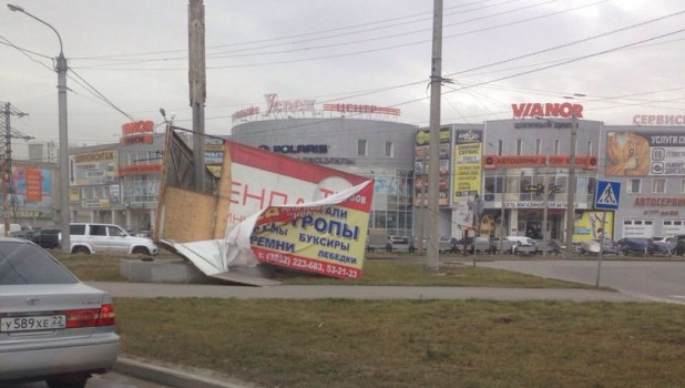 В Барнауле сдуло рекламный щит.