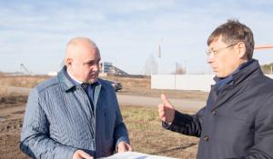 Сергей Цивилев и Евгений Ракшин осматривают площадку будущего логистического центра.