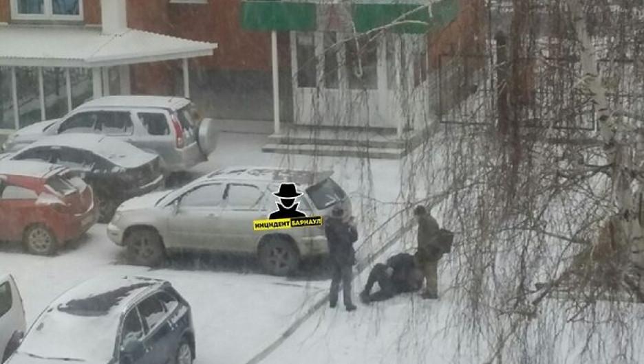 В Барнауле люди получили травмы на льду.