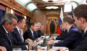 Дмитрий Медведев проводит совещание в спецпоезде Новосибирск-Барнаул.